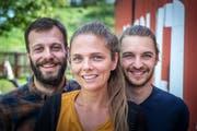 Florim Sabani, Nicole Keller und Fabio Hunziker (von links) wollen wieder Leben in eine lange ungenutzte Parzelle bringen. (Bild: Michel Canonica)