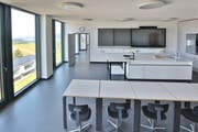 Die Digitalisierung hält auch in der Schule rasant Einzug. Auf dem Bild ist eines der neuen modernen Schulzimmer der Kantonsschule Menzingen zu sehen. (Bild: Daniel Frischherz)