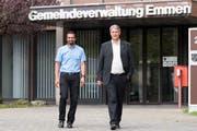 Brahim Aakti (links) und Patrick Schnellmann nach der Bekanntgabe des Wahlresultats vor der Emmer Gemeindeverwaltung. (Bild: Eveline Beerkircher (Emmen, 23. September 2018))