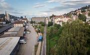 Das Grundstück erstreckt sich von den Gleisen der AB (Bildmitte) bis an den Schlosserweg (rechts, von Bäumen verdeckt). (Bild: Michel Canonica)