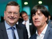 Die Sieger der EM-Bewerbung: der deutsche Verbandspräsident Reinhard Grindel und der deutsche Bundestrainer Joachim Löw (Bild: KEYSTONE/AP/MICHAEL PROBST)