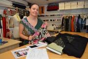 Stoffe und Skizze liegen bereit: Claudia Stäheli wird die Kleider für die neue Apfelkönigin anfertigen. (Bild: PD)