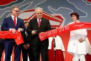 Der damalige Bundespräsident Johann Schneider-Ammann (Mitte) und Bundesrätin Doris Leuthard mit SBB-CEO Andreas Meyer bei der Eröffnung des Gotthard-Basistunnels im Dezember 2016 (Bild: KEYSTONE/POOL/Peter Klaunzer)