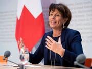 Bundesrätin Doris Leuthard räumt vor den Medien ein, eine «gewisse Amtsmüdigkeit» an sich bemerkt zu haben. (Bild: KEYSTONE/ANTHONY ANEX)