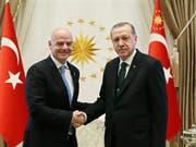 Sympathien für türkische EM-Bewerbung? FIFA-Präsident Gianni Infantino (li.) mit Präsident Recep Tayyip Erdogan (Bild: KEYSTONE/EPA TURKISH PRESIDENTAL PRESS OFFICE)