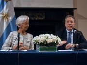 Lagarde und Dujovne: Argentinien und der IWF einigen sich am Mittwoch in New York auf eine Erhöhung der Finanzhilfe. (Bild: KEYSTONE/FR170905 AP/ANDRES KUDACKI)