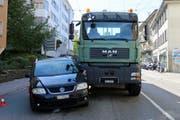 Weil der Lenker des Personenautos am Mittwoch auf der Teufener Strasse in St.Gallen einem Lieferwagen ausweichen wollte und auf die benachbarte Fahrspur geriet, kam es zur Kollision mit dem Lastwagen. (Bild: Stadtpolizei St.Gallen - 26. September 2018)