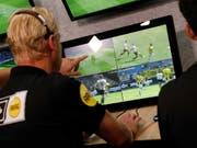 Der Video-Schiedsrichter (VAR) wird ab der nächsten Saison auch in der Champions League zum Einsatz kommen (Bild: KEYSTONE/EPA ANP/BAS CZERWINSKI)