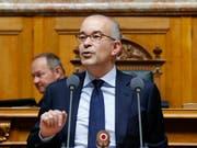 Gregor Rutz (SVP/ZH) plädiert im Nationalrat dafür, das Heimatreiseverbot für Flüchtlinge zu verschärfen. (Bild: KEYSTONE/PETER KLAUNZER)