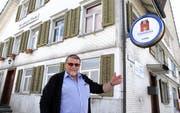 Hugo Jung vor dem ehemaligen Restaurant Linde. Er hat bereits Vorstellungen, wie er das Gebäude künftig nutzen will. (Bilder: Philipp Stutz)