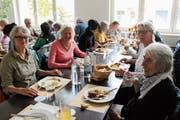 Interessierte konnten sich beim Mittagessen im Fabrik-Café, Trübbach, kennen lernen. (Bild: Silvia Frick)