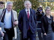 Wikileaks-Gründer Julian Assange (Mitte) übergibt die Chefredaktion der Enthüllungsplattform Wikileaks an Kristinn Hrafnsson (links). (Bild: KEYSTONE/EPA/KERIM OKTEN)