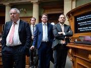 SVP-Vertreter standen während der aktuellen EU-Debatte im Nationalrat Schlange, um Fragen zu stellen. Die Antworten befriedigten sie wohl nur selten. (Bild: KEYSTONE/ANTHONY ANEX)
