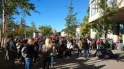 Die evakuierten Studierenden warten vor der FHS St.Gallen. (Bild: Leserreporter)