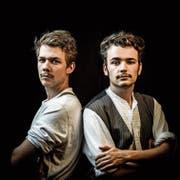 Severin (links) und Joachim Schönenberger haben für «Ein Sturm zieht auf» nicht bloss gefilmt und Regie geführt, sondern auch je eine Nebenrolle übernommen – historische Kleider und Frisuren inklusive. (Bild: PD)