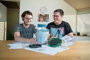 Martin Amgarten (links) und Mario Walker zeigen ihren Biobin. (Bild: Corinne Glanzmann (Stans, 25. September 2018))
