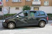 Die beim seitlichen Zusammenstoss beschädigte Fahrerseite des PWs. (Bild: Stadtpolizei St.Gallen - 26. September 2018)