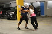 Eine Kursteilnehmerin übt die Abwehr eines Angreifers. (Bild: Hannelore Bruderer)