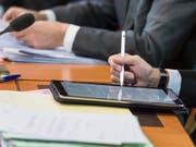 Tablet statt Papier: Auch der Parlamentsbetrieb soll digitaler werden. Ziel ist es, den Papierverbrauch zu verringern. (Bild: KEYSTONE/ALESSANDRO DELLA VALLE)