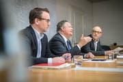 Die Ruhe vor dem Investitions-Sturm: Stadtschreiber Michael Stahl, Stadtpräsident Thomas Niederberger und Finanzchef Thomas Knupp erklären das Budget und den Finanzplan der Stadt Kreuzlingen. (Bild: Andrea Stalder)