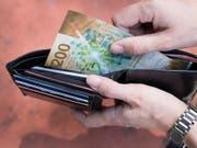 Obwohl sie bares Geld sparen könnten, sind Herr und Frau Schweizer bei den Hypotheken vergleichsfaul. (Bild: KEYSTONE/CHRISTIAN BEUTLER)