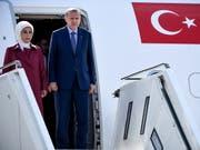 Der türkische Präsident Recep Tayyip Erdogan (R) und seine Gattin Emine Erdogan verlassen das Flugzeug, das sie zum dreitägigen Staatsbesuch nach Deutschland brachte (Bild: Keystone/EPA/CLEMENS BILAN)
