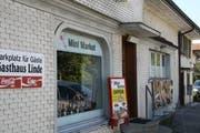 Im Gebäude befindet sich ein Mini-Markt, in dem Produkte aus dem Balkan angeboten werden.