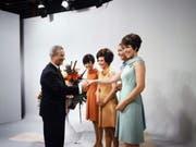 Bundesrat Roger Bonvin und die Fernsehansagerinnen Wilma Gilvardi-Bontognoli (TSI), Ida Columberg-May (RTR), Madeleine Demartines (TSR) und Dorothea Furrer (DRS) (v.l.n.r.) am 1. Oktober 1968 beim offiziellen Start des Schweizer Farbfernsehens. (Bild: Bild SRF)