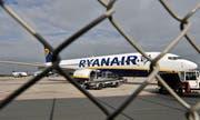 Ein Flugzeug der Ryanair auf dem Flughafen Weeze. (Bild: Martin Meissner/AP)