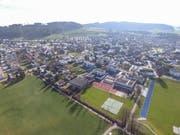 Die Sirnacher Schulanlage Grünau. Auf der Grünfläche in der Mitte soll dereinst die neue Sporthalle stehen.