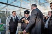 Gérard Depardieu, landestypisch eingekleidet, beim Besuch einer Farm im russischen Saransk. (Bild: Yuri Kozyrev/Noor (Saransk, 23. Februar 2013)
