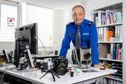Hat bald wieder mehr Zeit für die Fotografie: Kurt Graf in seinem Büro. (Bild: Philipp Schmidli, Luzern, 4. September 2018)