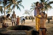 Da hatte Goa noch spirituellen Charme: Blumenkinder und Einheimische am Strand, 1971. (Bild: Jack Garofalo)