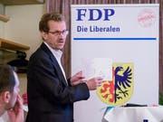 Ratsschreiber Magnus Brändle erklärt, wie das Stimmenzählen in der Pioniergemeinde abläuft. (Bild: Sascha Erni)