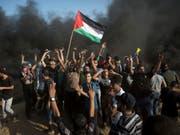 Nach Angaben der israelischen Armee hatten sich rund 20'000 Palästinenser an verschiedenen Punkten am Grenzzaun versammelt. (Bild: Keystone/AP/KHALIL HAMRA)