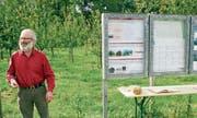 Hans Oppliger informiert über den Chriesi-Sortengarten. (Bild: Heidy Beyeler)