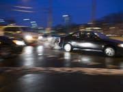 Das Bundesgericht hat einen Autolenker freigesprochen, dem unvermittelt ein Fussgänger vor das Auto lief. (Symbolbild: Gaetan Bally / Keystone)