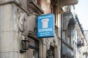 Ende Jahr wird das einzigartige Schild vor der Taverne Zorbas an der Linsebühlstrasse abmontiert. (Bild: Hanspeter Schiess)