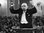 Der russische Komponist Igor Strawinsky (1882-1971) 1962 als Dirigent. Am 28. September 2018 jährt sich sein Kammerspiel «L'Histoire du Soldat» zu 100. Mal. (Bild: Keystone/AP/STR)