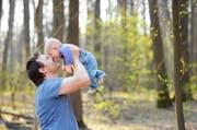 Angestellte der Kantonsverwaltung erhalten ab dem neuen Jahr fünf statt zwei Tage Vaterschaftsurlaub. (Bild: Fotolia)