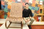 Kai Burgermeister posiert vor seinem Gewinner-Objekt «Moving Chair». (Bild: PD)
