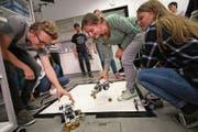 Schüler der Technikwoche beim Austesten der von ihnen programmierten Roboter. (Bilder: Marion Wannemacher (Stans, 27. September 2018))