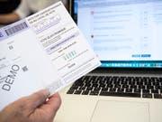 Während eines Jahres können im Ausland ansässige Waadtländer Stimmberechtigte per Mausklick über eidgenössische Vorlagen abstimmen. Der Bundesrat hat den E-Voting-Versuch bewilligt. (Bild: KEYSTONE/PETER SCHNEIDER)