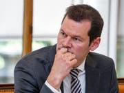 Der Genfer Staatsrat Pierre Maudet musste am Freitag der Staatsanwaltschaft Rede und Antwort stehen. Er steht wegen einer umstrittenen Reise nach Abu Dhabi 2015 unter dem Verdacht der Vorteilsnahme. (Bild: Keystone/SALVATORE DI NOLFI)