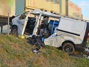 Der Lieferwagen nach seinem Flug von rund 40 Metern: Der Beifahrer wurde dabei schwer, der Fahrer mittelschwer verletzt. (Bild: Kantonspolizei Thurgau)