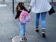 Nach der obligatorischen Einschulung des jüngsten Kindes soll auch der betreuende Elternteil wieder eine Erwerbsarbeit aufnehmen. (Bild: KEYSTONE/SALVATORE DI NOLFI)