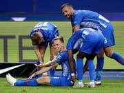 Herthas Ondrej Duda feiert seinen Treffer zum 2:0 gegen Bayern München mit einer Pause auf dem Rasen (Bild: KEYSTONE/AP/MICHAEL SOHN)