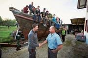Marco Garo (rechts) übergibt das Schiff an den neuen Besitzer Thomas Roos. (Bild: Jakob Ineichen (Brittnau, 26. September 2018))