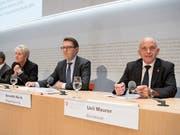 Bundesrat Ueli Maurer und Benedikt Würth, Präsident der Kantonsregierungskonferenz, ziehen an einem Strang: Die Reform des Finanzausgleichs scheint endlich breit abgestützt zu sein. (Bild: KEYSTONE/PETER SCHNEIDER)