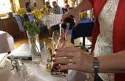 Ein Zeremoniell für den Gast: Das Umfüllen der Flasche in einen edlen Glasbehälter schafft einen Mehrwert. (Bild: PD)